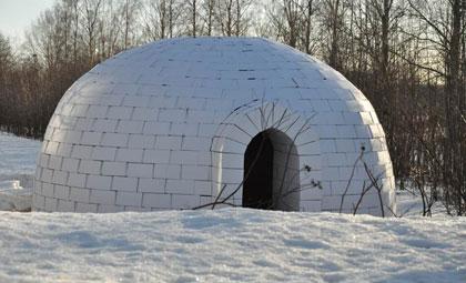 Un iglú de cartón corrugado cerca del Polo Norte